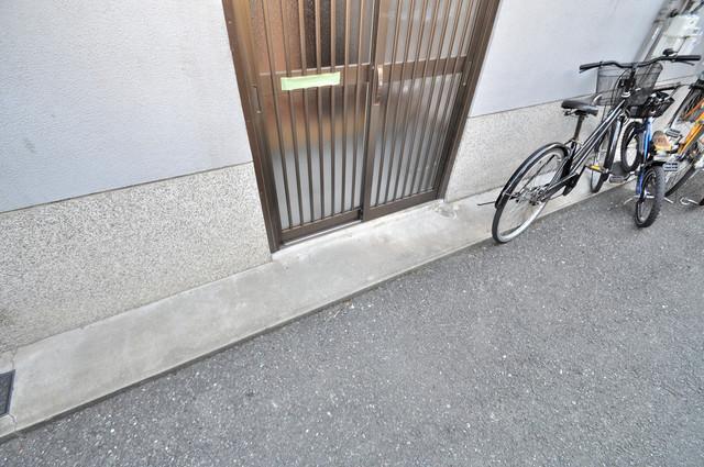 御厨栄町2丁目貸家 玄関前の共有部分。周辺はいつもキレイに片付けられています。