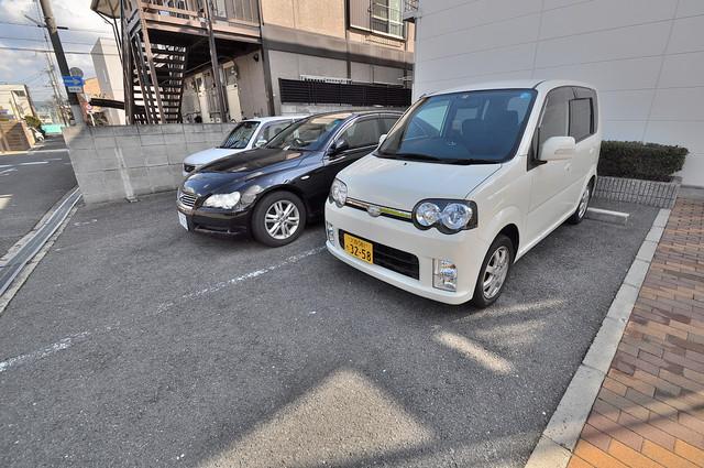 レオパレス菱屋西 敷地内にある駐車場。愛車が目の届く所に置けると安心ですよね。