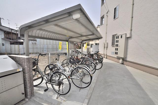 カーサルミエール 屋根付きの駐輪場は大切な自転車を雨から守ってくれます。