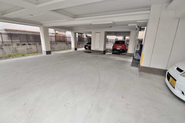 カインド高井田 屋根付き駐車場は大切な愛車を雨風から守ってくれます。