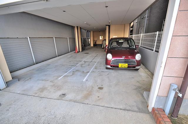 メゾンポエム 敷地内にある駐車場。愛車が目の届く所に置けると安心ですよね。