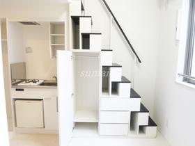 階段を活用した収納です♪