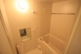 https://image.rentersnet.jp/843c457e-c5ab-4a86-bb0a-1be365e907a7_property_picture_9494_large.jpg_cap_鏡がついたお風呂です
