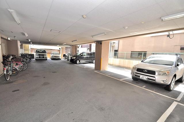 マンションRIVIERE 屋根付き駐車場は大切な愛車を雨風から守ってくれます。