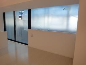 https://image.rentersnet.jp/852b323b-2732-4ad4-a423-0cd38ff30863_property_picture_2418_large.jpg_cap_大きな窓があり明るい!