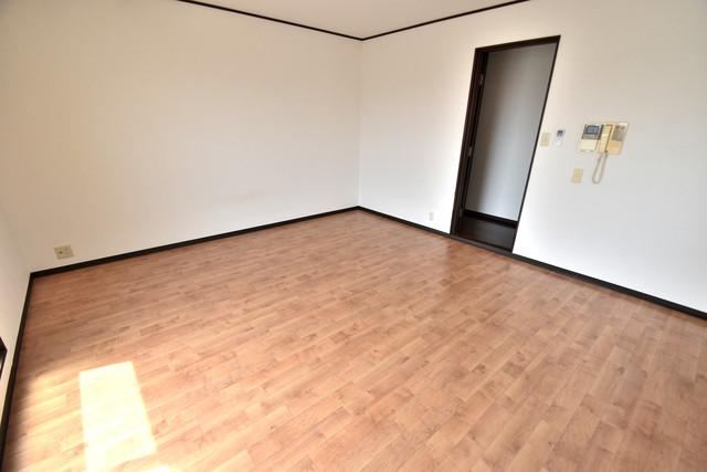 プレアール舎利寺 白を基調としたリビングはお部屋の中がとても明るいですよ。