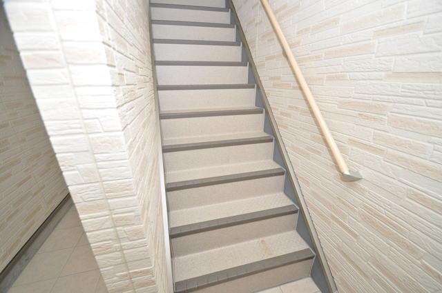 ソレイユ永和 2階に伸びていく階段。この建物にはなくてはならないものです。