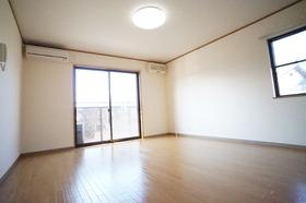 https://image.rentersnet.jp/86a7ac7383a8262c74e3f619dcff7e67_property_picture_956_large.jpg_cap_角部屋で窓が2か所あるので風通しが良いお部屋です。