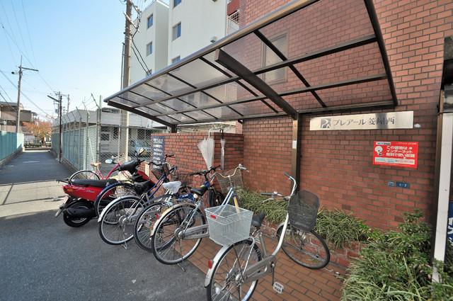 プレアール菱屋西 1階には駐輪場があります。屋内なので、雨の日も安心ですね。