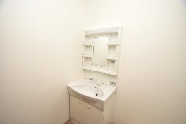 タケハウス5 独立した洗面所には洗濯機置場もあり、脱衣場も広めです。