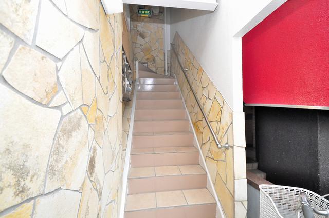 大宝レッドマンション 2階に伸びていく階段。この建物にはなくてはならないものです。