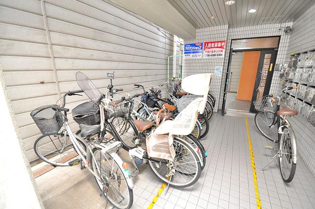 フローラ ラポルテ 1階には駐輪場があります。屋内なので、雨の日も安心ですね。