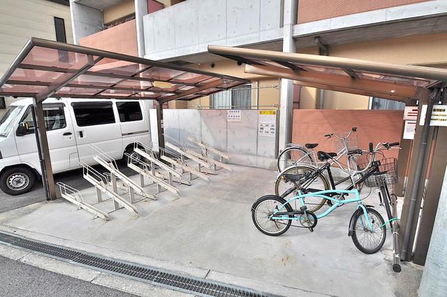メゾンフレール 敷地内にある専用の駐輪場。雨の日にはうれしい屋根つきです。