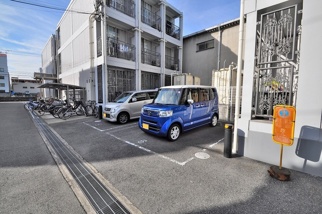 ラポール友愛Ⅱ 敷地内にある駐車場。愛車が目の届く所に置けると安心ですよね。