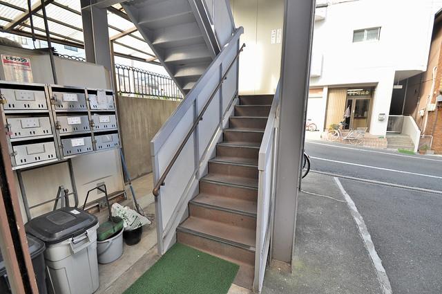中村マンション この階段を登った先にあなたの新生活が待っていますよ。