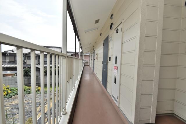 ポプルスONE 玄関まで伸びる廊下がきれいに片づけられています。