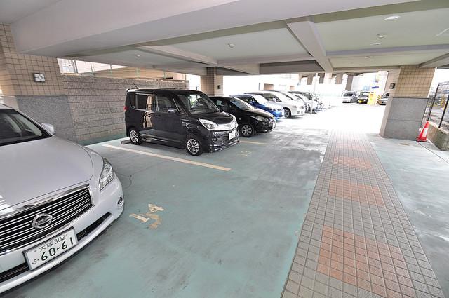 ジオ・グランデ高井田 屋根付き駐車場は大切な愛車を雨風から守ってくれます。