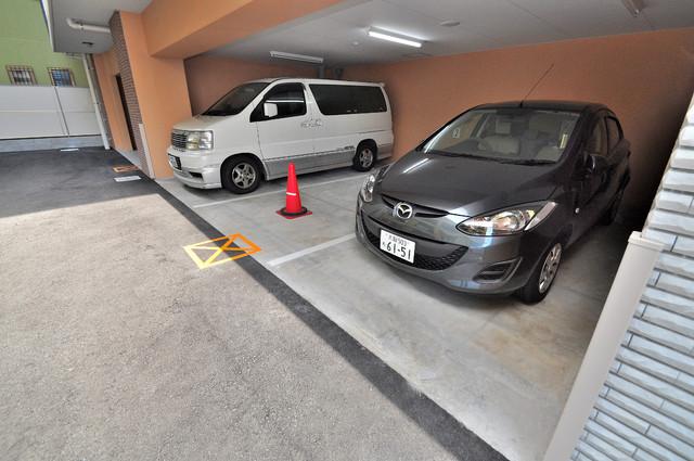 M'プラザ小阪駅前 1階には駐車場があります。屋根付きは嬉しいですね。