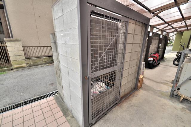 ライラック小阪 建物敷地内にゴミ捨て場があるのでいつでも捨てれて楽ですね。