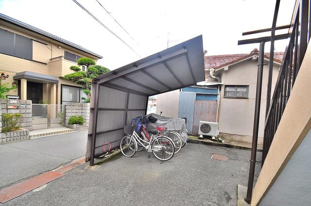 岩本文化 敷地内にある駐車場。愛車が目の届く所に置けると安心ですよね。