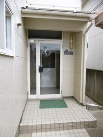 https://image.rentersnet.jp/8bf2f7e3ff72ab831ec322291ed28493_property_picture_1991_large.jpg_cap_エントランス