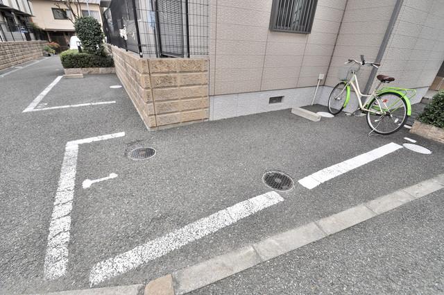 フルールタツミウエスト 敷地内には駐車場があり安心ですね。