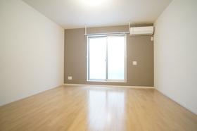 https://image.rentersnet.jp/8ccf8518-7527-41bf-bbb3-dedfe06d3bef_property_picture_1800_large.jpg_cap_広々8.6帖の洋室