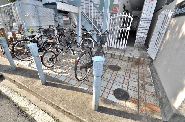 GS緑橋 あなたの大事な自転車も安心してとめることができますね。