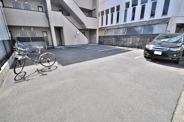 アンプルール フェール寿 敷地内にある駐車場。愛車が目の届く所に置けると安心ですよね。