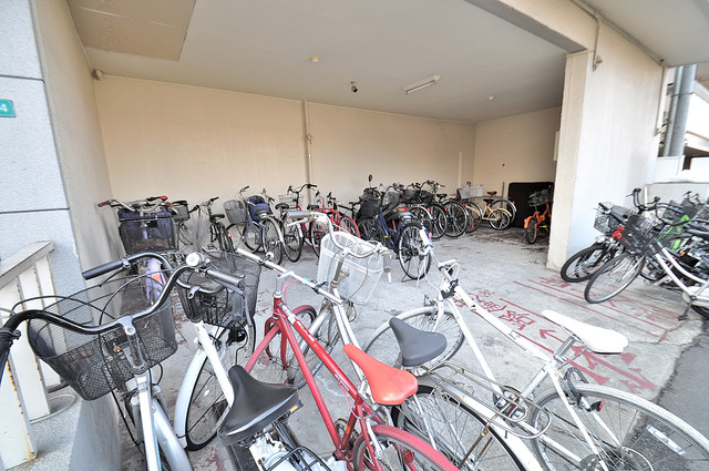 パシフィック玉津 屋内にある駐輪場は大切な自転車を雨から守ってくれます。