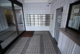 https://image.rentersnet.jp/8dc13fda-a8eb-4994-803e-d214947d6db6_property_picture_2418_large.jpg_cap_エントランス