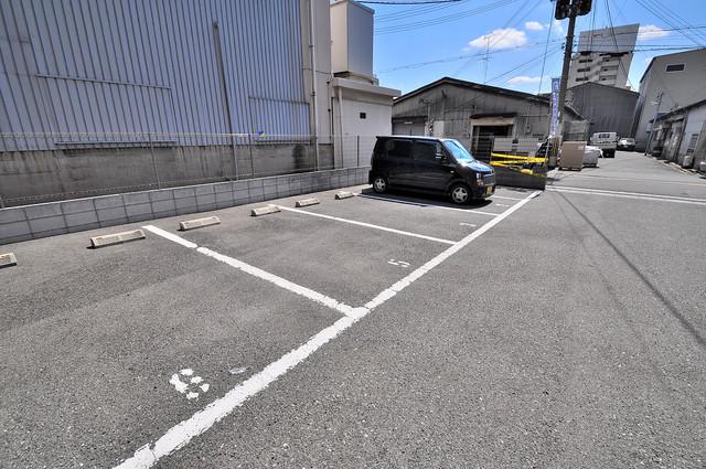 アンプルールフェールU-HA 敷地内にある駐車場。愛車が目の届く所に置けると安心ですよね。