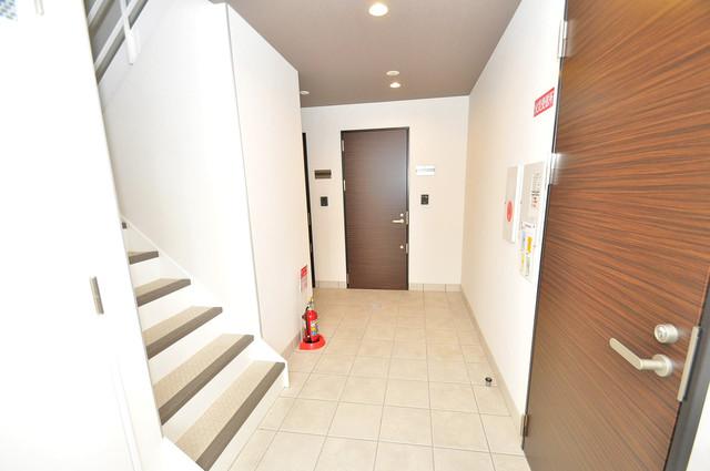 ma.maison(マ.メゾン) 玄関まで伸びる廊下がきれいに片づけられています。