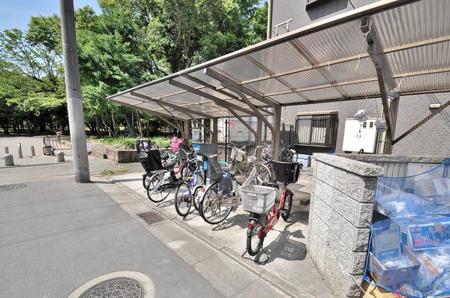 カトル・セゾン 敷地内にある専用の駐輪場。雨の日にはうれしい屋根つきです。