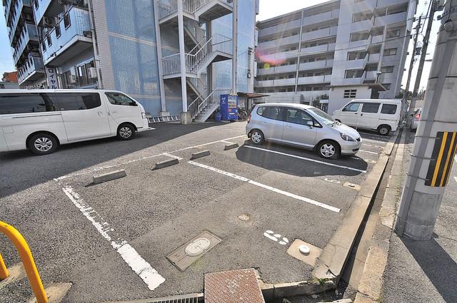 ロイヤル巽 敷地内にある駐車場。愛車が目の届く所に置けると安心ですよね。