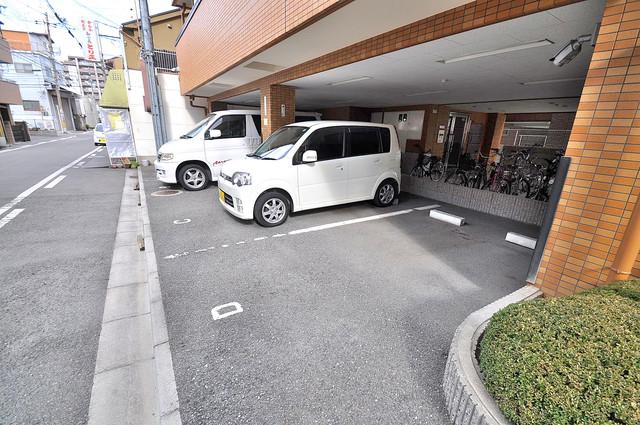ヴィラサンライフ 敷地内にある駐車場。愛車が目の届く所に置けると安心ですよね。