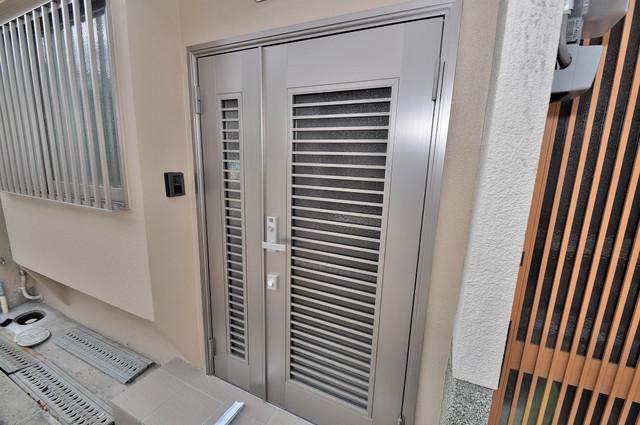 小路東2-3-9 貸家 玄関扉がオシャレで見とれちゃいますね。