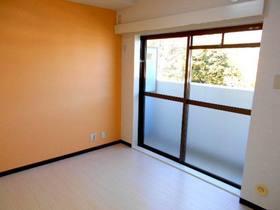 明るい色調の北側の洋室