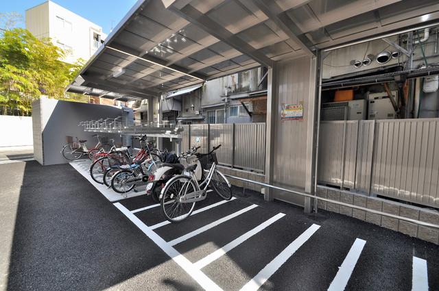プレミアム菱屋西 敷地内にある専用の駐輪場。雨の日にはうれしい屋根つきです。