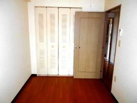 玄関側4.8帖の洋室