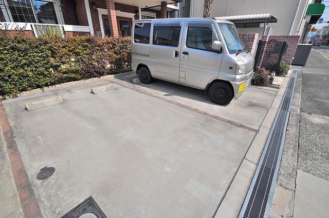 セレンディピティ・ちゅらヴィラ 敷地内にある駐車場。愛車が目の届く所に置けると安心ですよね。