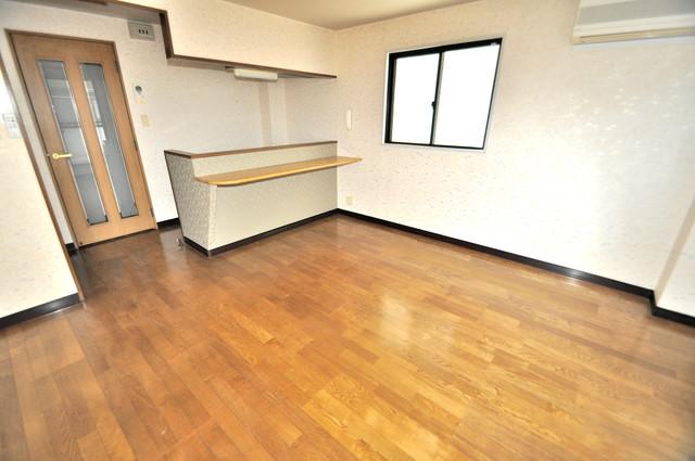 CTビュー八戸ノ里 白を基調としたリビングはお部屋の中がとても明るいですよ。
