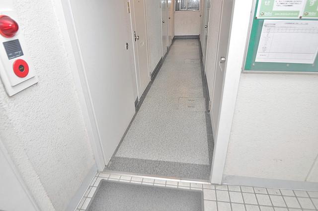 プレステイジ緑橋 玄関まで伸びる廊下がきれいに片づけられています。