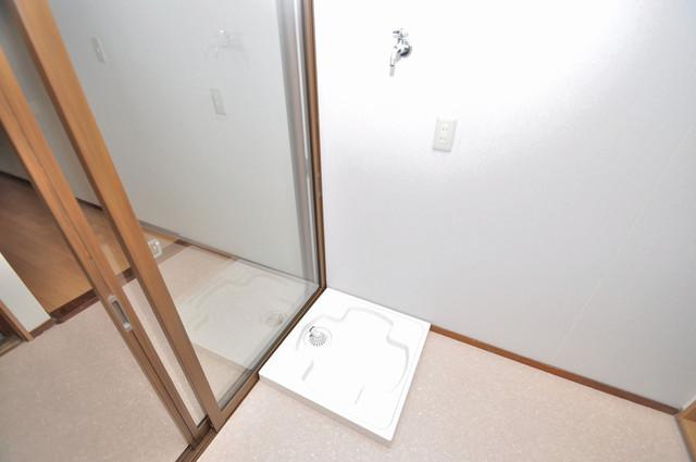 小路東2-3-9 貸家 室内に洗濯機置き場があれば雨の日でも安心ですね。