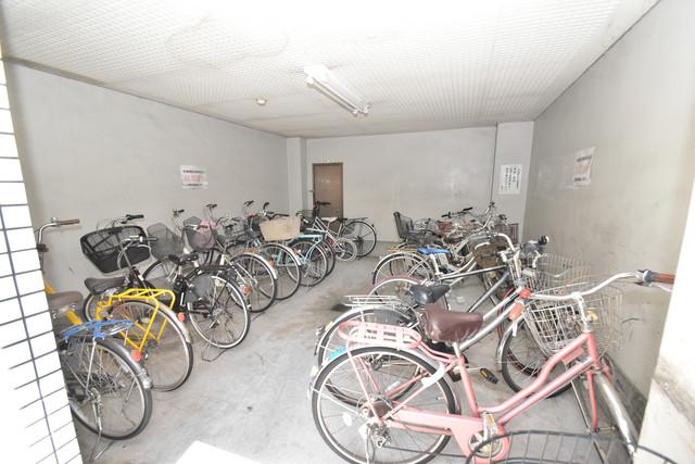 グローリーハイツ東成 屋内にある駐輪場は大切な自転車を雨から守ってくれます。