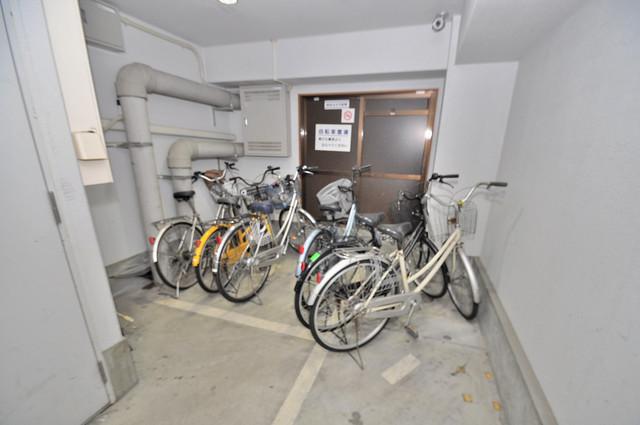 ライフステージ今里 屋内にある駐輪場は大切な自転車を雨から守ってくれます。