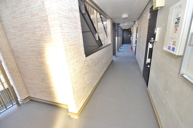 G-SQUARE 玄関まで伸びる廊下がきれいに片づけられています。