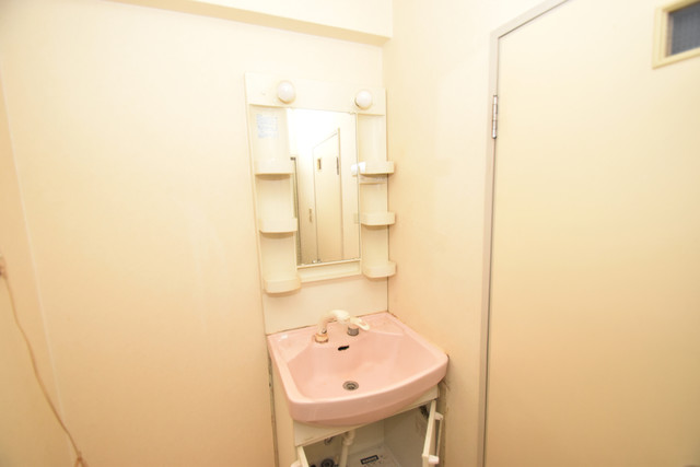七福興産ビル 独立した洗面所には洗濯機置場もあり、脱衣場も広めです。