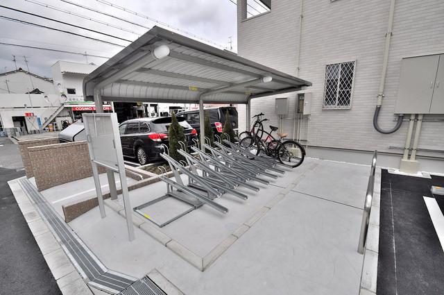 カーサプラシード 屋根付きの駐輪場は大切な自転車を雨から守ってくれます。