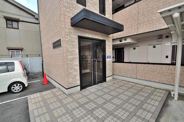 リバーサイド金岡Ⅱ番館 玄関前の共有部分。周辺はいつもキレイに片付けられています。